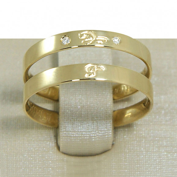 Aliança de Casamento em Ouro Amarelo 18K Reta com Inicial e Brilhantes